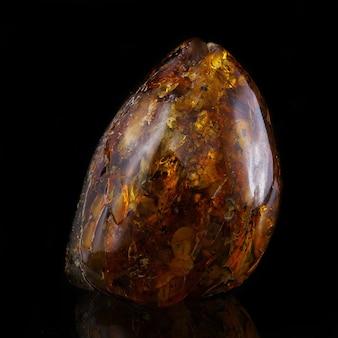 Un pezzo unico di ambra solare su fondo nero