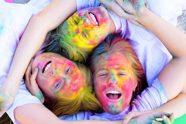 Unire. ragazze pazze hipster. tempo estivo. felice festa della gioventù. ottimista. vibrazioni primaverili. positivo e allegro. bambini con body art creativa. trucco colorato con vernice al neon. amicizia e sorellanza.