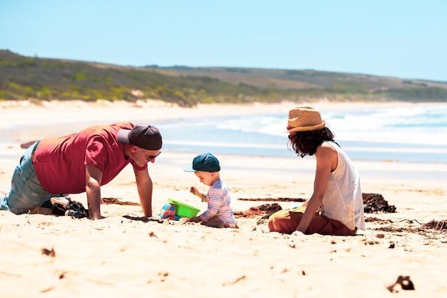 Famiglia unita che gode sulla spiaggia