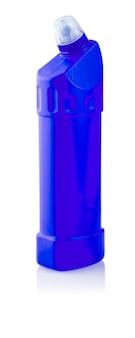 Detergente universale. fotografia di bottiglia di plastica blu con detersivo liquido per bucato, detergente, candeggina o ammorbidente - isolato