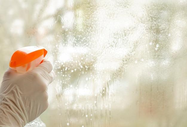 Detergenti universali per la cura della casa, dei mobili e degli appartamenti in quarantena