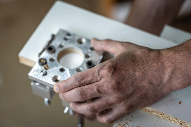 Produttore di mobili universali, strumento di perforazione di precisione professionale.