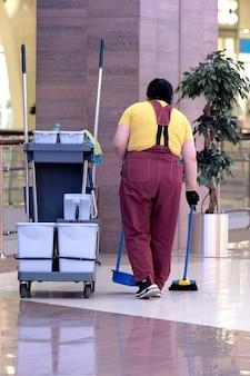 Set universale per la pulizia ad umido dei locali dei centri commerciali. impresa di pulizie moderna, kit di pulizia su carrello con ruote, ottimo design per qualsiasi scopo. concetto di un'impresa di pulizie commerciali.