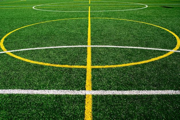 Stadio del campo di calcio dell'università o della scuola, priorità bassa dell'erba verde.