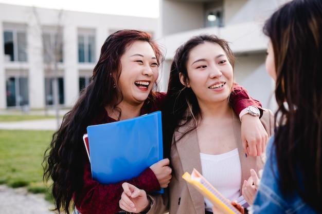 Studenti universitari che parlano e si divertono insieme dopo aver fatto lezione insieme