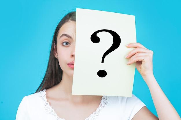 Donna sconosciuta che tiene il punto interrogativo. punto interrogativo di carta della holding della ragazza. anonimo, domanda donna, incognita. donna anonima. domanda femminile incognita.girl, anonimo, incognita.