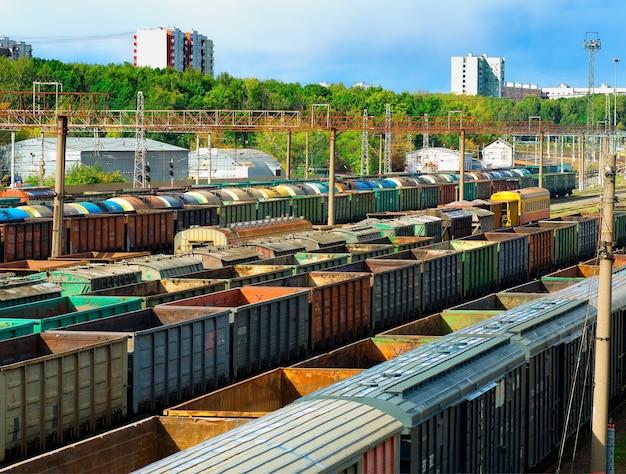 Scarico del fondo di trasporto della stazione ferroviaria