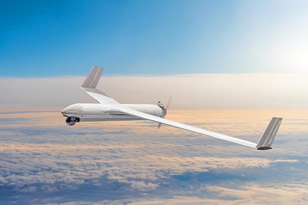 Drone militare senza pilota sul territorio aereo di pattuglia ad alta quota.