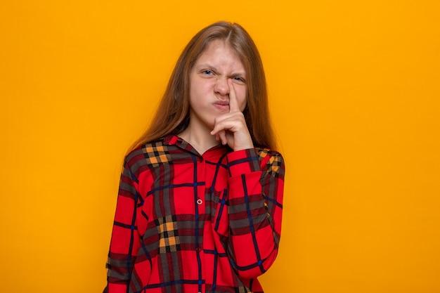 Dispiaciuto mettere il dito sul naso bella bambina che indossa una camicia rossa