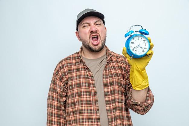 Uomo delle pulizie slavo scontento con guanti di gomma che tengono sveglia