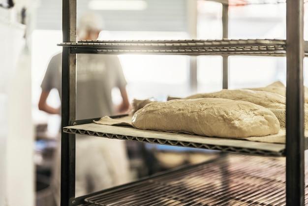 Irriconoscibile fornaio che lavora. concetto di panetteria.
