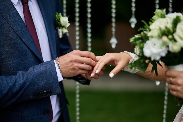 Irriconoscibile la sposa e lo sposo si scambiano gli anelli al matrimonio