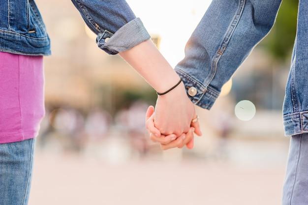 Coppia lesbica irriconoscibile che si tiene per mano giovane datazione insieme in una relazione femminile
