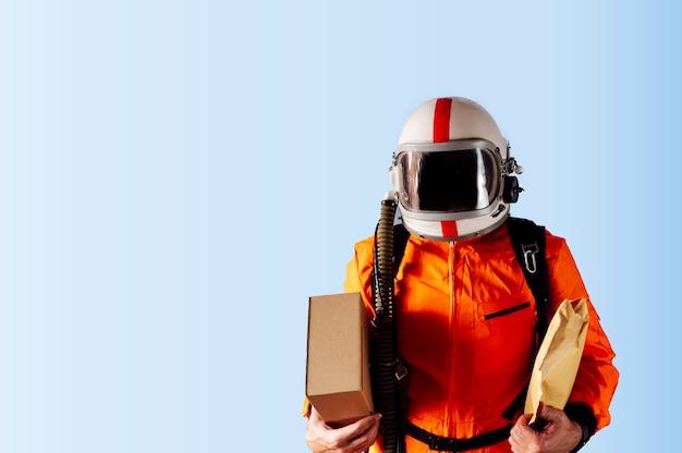 Uomo irriconoscibile con pacchi da consegnare