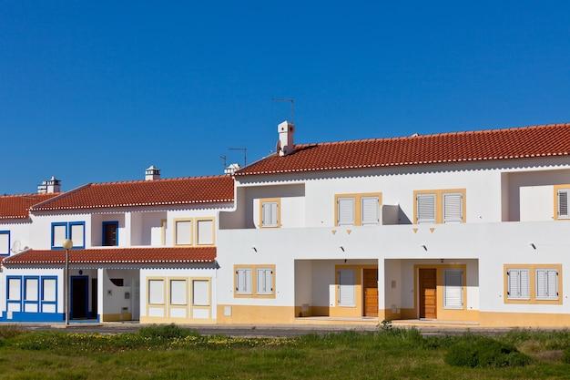 Parte irriconoscibile della casa residenziale in algarve, portogallo. cielo azzurro brillante come sfondo