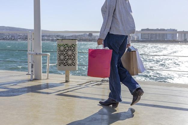 Donna irriconoscibile che trasporta carta riciclabile da asporto sacchetto di cibo