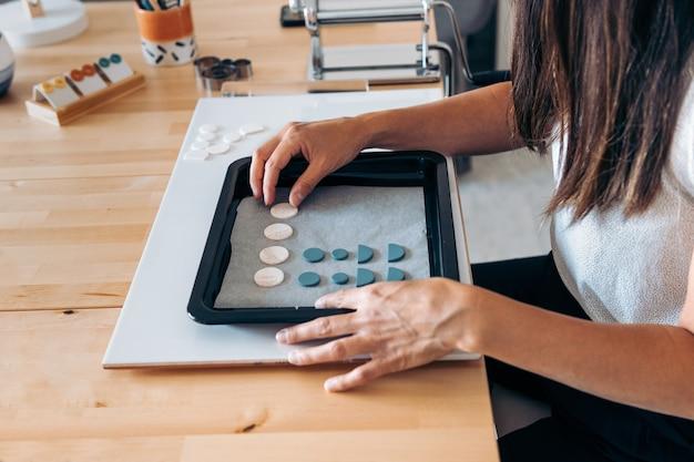 Donna non riconosciuta che lavora da casa creando bellissimi gioielli fatti a mano.