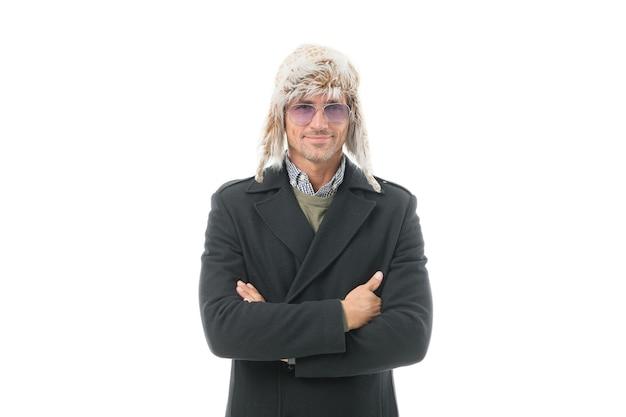 Maschio con la barba lunga con setola che indossa abiti invernali caldi isolati su bianco, tempo.