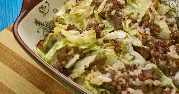 Casseruola di cavolo cappuccio non farcito - cuocere il tutto in una padella capiente aggiungendo il cavolo leggermente sbollentato.