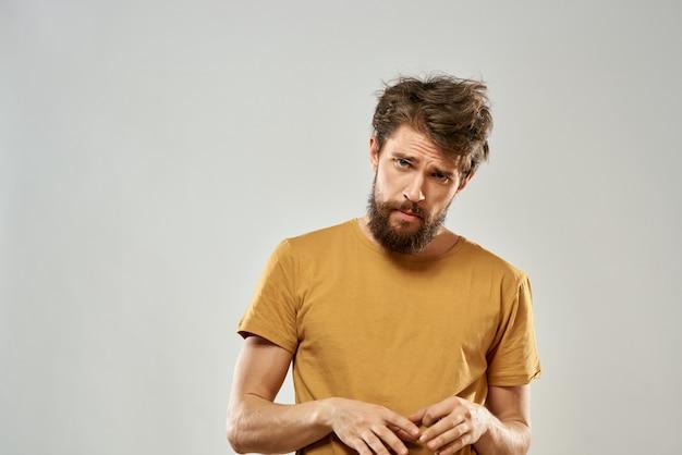 Disordinato uomo con i capelli arruffati e una barba invasa