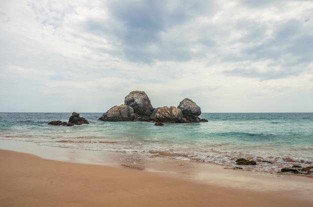 Spiaggia tropicale incontaminata nello sri lanka.