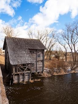 Vecchio mulino in legno inutilizzato situato nel villaggio di golshany bielorussia