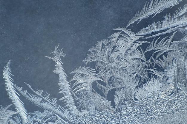 Il gelo insolito su una finestra invernale