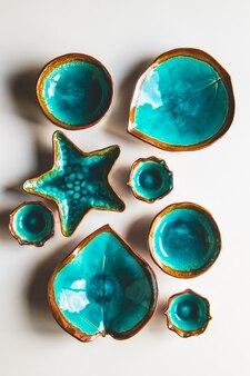 Piatti insoliti, foglie, cerchi, stelle marine, fatti a mano. nuove posate di lusso vista dall'alto