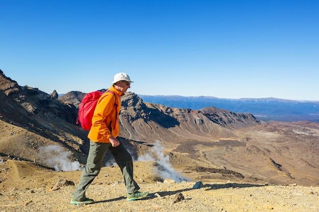 Insoliti paesaggi vulcanici su tongariro crossing track, tongariro national park, nuova zelanda. concetto di voglia di viaggiare