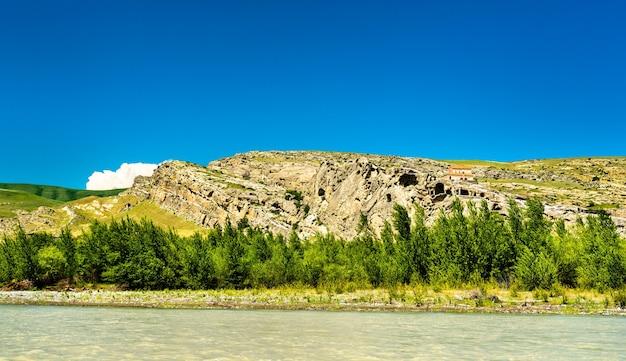 Uplistsikhe su una sponda del fiume kura, un'antica città scavata nella roccia in georgia