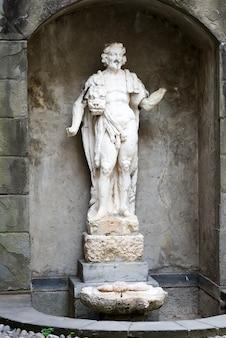 Città alta, architettura rinascimentale statua ercole leone di nemea, centro storico.