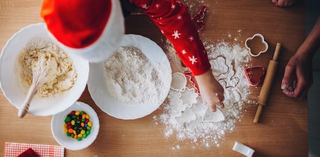 Foto di vista superiore di un bambino caucasico che lavora con la farina
