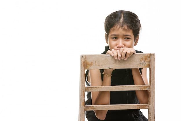 Le ragazze asiatiche turbate sono turbate, arrabbiate, su fondo bianco.