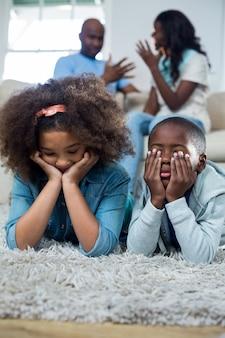 Sconvolto i bambini con i genitori che litigano tra loro