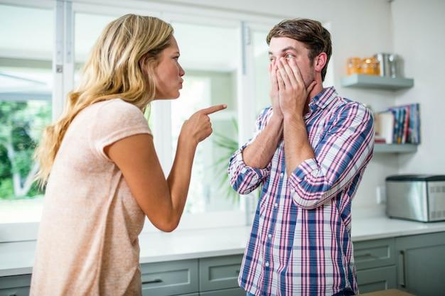 Coppia sconvolto che ha una discussione in cucina
