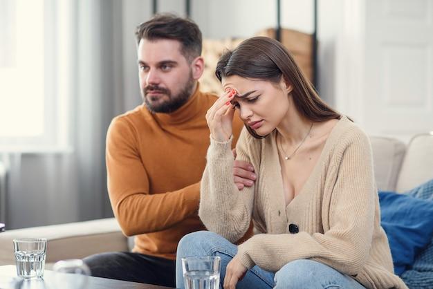 La coppia turbata sta litigando a casa. concetto di problemi familiari.