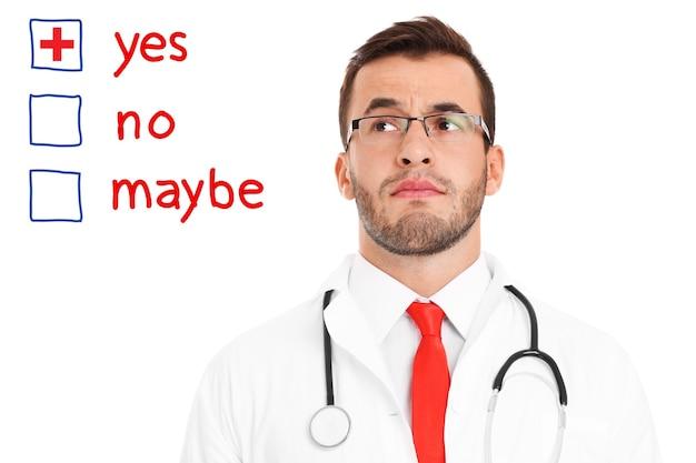 Un medico sconvolto che cerca di prendere una decisione