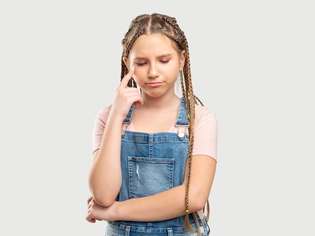 Ritratto di ragazza sconvolta. fallimento delusione. bambino offeso che guarda in basso