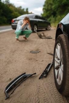 Driver maschi sconvolti dopo un incidente d'auto sulla strada. incidente automobilistico. automobile rotta o veicolo danneggiato, collisione automatica sull'autostrada