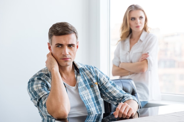 Uomo e donna sconvolti che hanno difficoltà e problemi nelle relazioni
