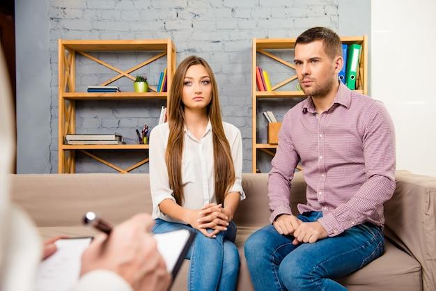 Sconvolto la giovane coppia che ha problemi coniugali in psicoterapeuta