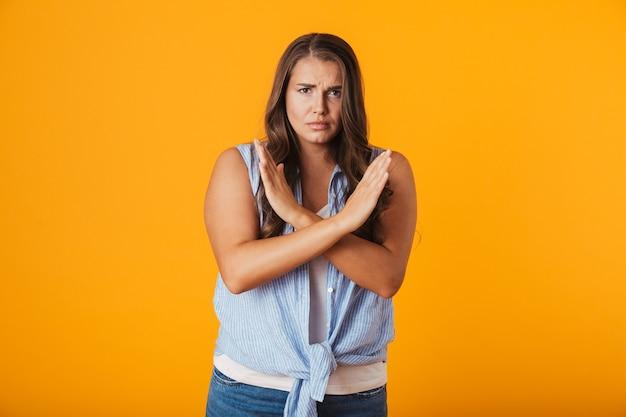 Giovane donna turbata, mostrando il gesto delle mani incrociate