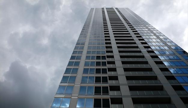 Edificio al piano superiore e cielo tempestoso