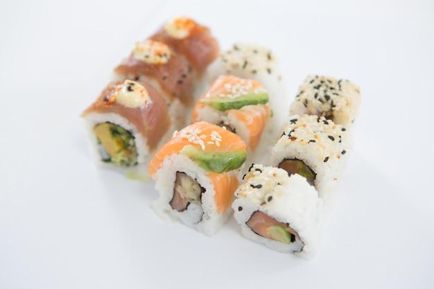 Rotolo di sushi di uramaki su fondo bianco