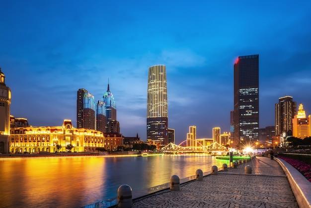 Paesaggio architettonico urbano su entrambi i lati del fiume haihe a tianjin