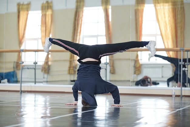Ballerino urbano facendo headstand