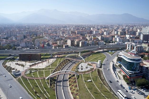 Paesaggio urbano della città europea sullo sfondo delle montagne