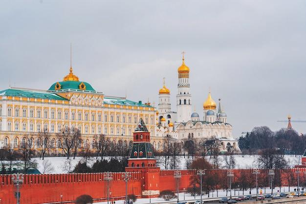 Paesaggio urbano con vista sul muro del cremlino e sul fiume mosca