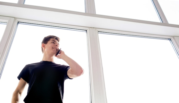 Uomo urbano parlando al telefono intelligente