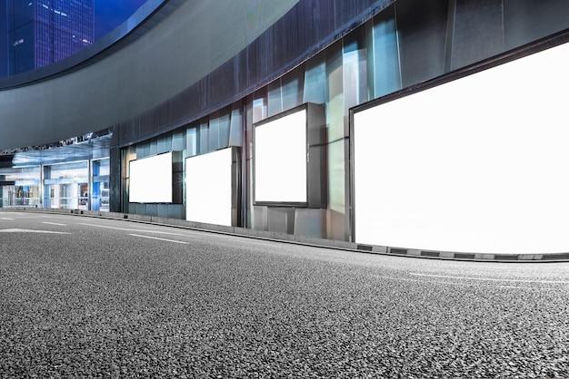 Edifici moderni urbani e strade, piattaforme